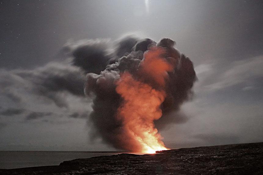 Feuer auf Strand in der Dunkelheit mit Rauchwolken