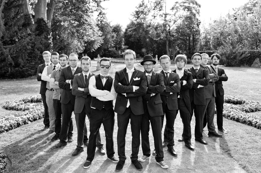 gruppenfoto trauzeugen, gruppenfoto hochzeit, park schloss lichtenwalde