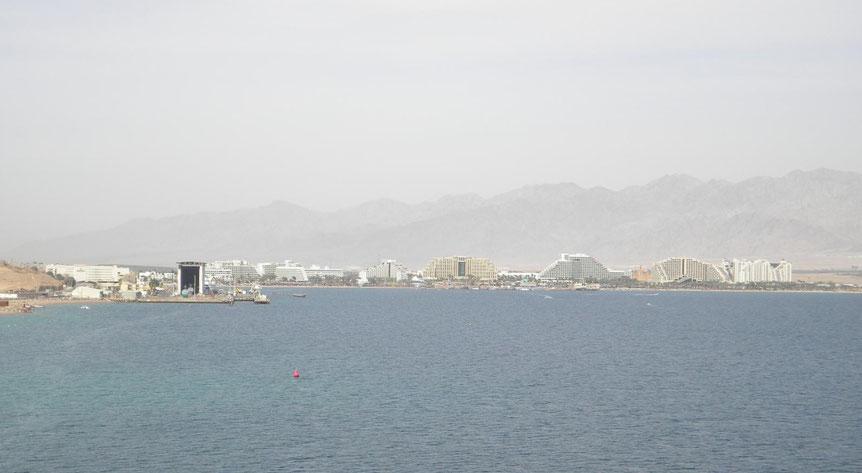 Blick vom angelegten Kreuzfahrtschiff nach Eilat
