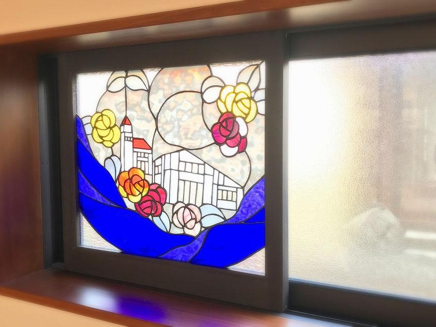 自作ステンドグラスを組み込んだ木製窓