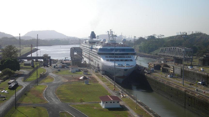Einfahrt der Norwegian Star in die Miraflores Schleuse