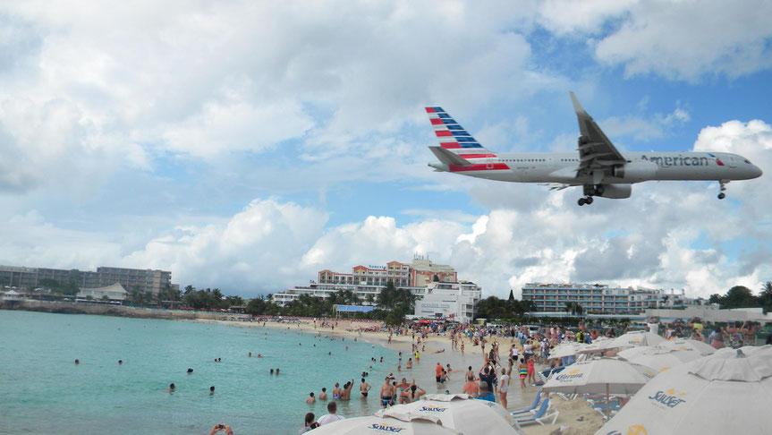 Landendes Flugzeug am Maho Beach