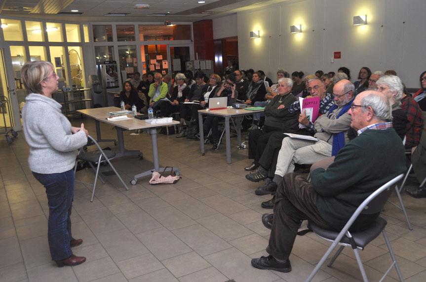 """Brigitte Cavelle, cadre infirmierau CHU a présenté le service de """"gestion des lits"""", dont la responsabilité est de trouver des solutions pour des personnes qui ne peuvent pas retourner chez elles."""