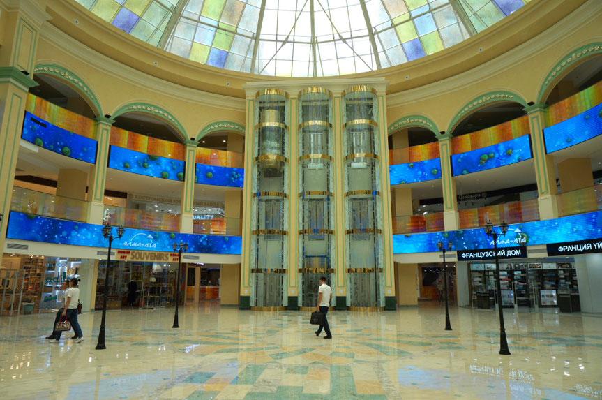 Prekybos centruose galima pasipildyti vietos mobiliojo ryšio telefonų sąskaitas / Foto: Kristina Stalnionytė