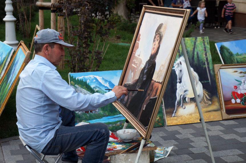 Dailininkas Almatoje Arbato gatvėje Kazachstane