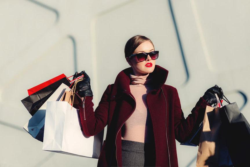 買い物をした働く女性