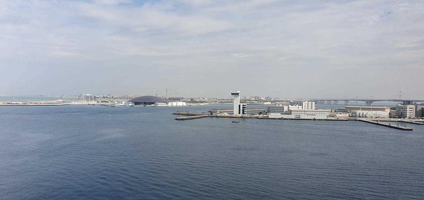 Blick vom Schiff zur Insel Saadiyat mit dem Louvre Abu Dhabi