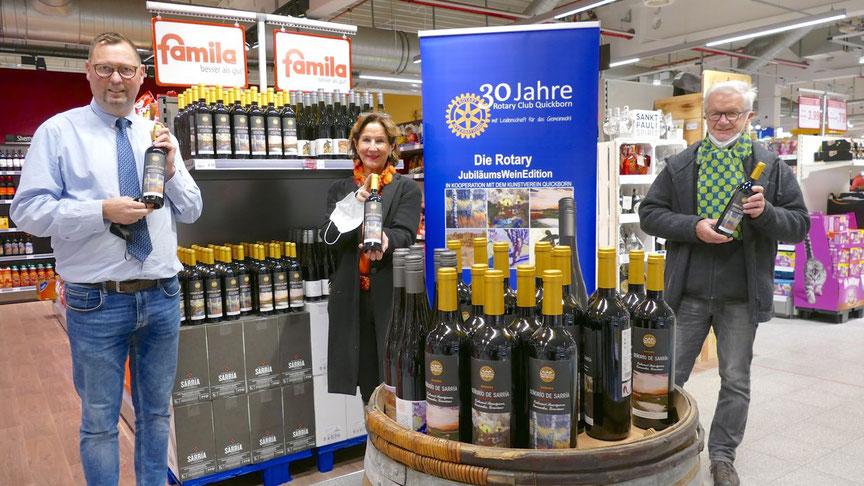 Warenhausleiter Detlev Bösener, Rotary-Präsidentin Uta Pfestorf und Künstler Hans-Werner Seyboth, der die von ihm gestalteten Flaschen auch gleich signierte, stellten die Jubiläums-Edition vor.