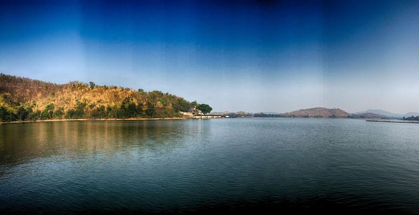 Der Srinakarin See in Kanchanaburi strahlt Ruhe und Idylle aus.