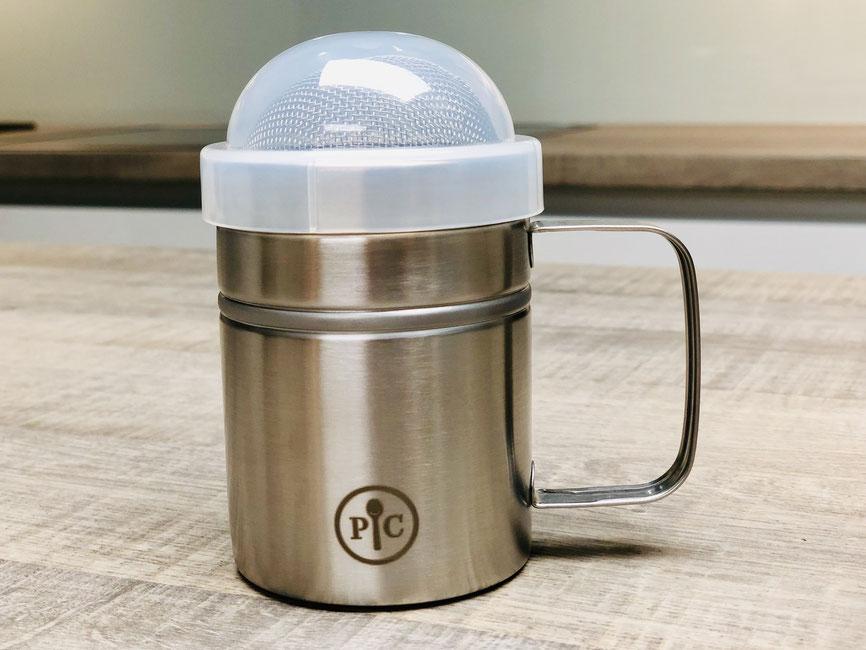StreuFix - So vielseitig, dass man gleich mehrere braucht: für Mehl, z.B. zum Bestreuen der Backunterlage, Puderzucker für Waffeln und Kuchen, Kakaopulver für Cappuccino, Kuchen sowie für Zimt-und-Zucker. Mit Deckel zur Aufbewahrung. Spülmaschaschinenfest