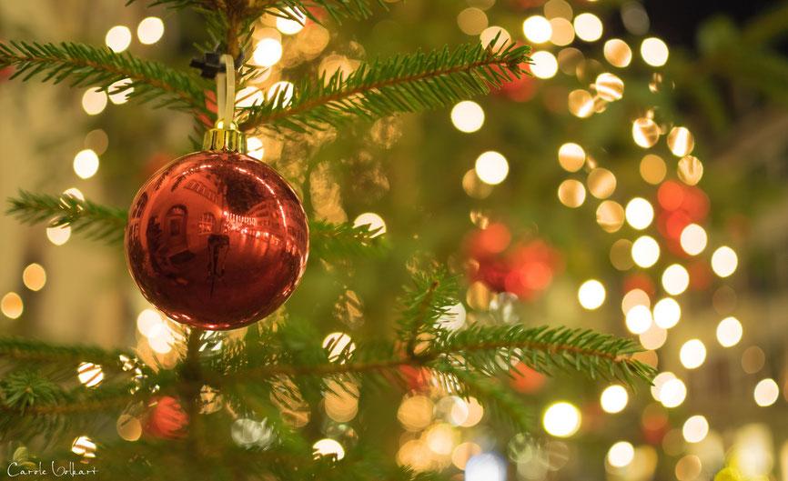 Merry Christmas, schöne Weihnachten, Weihnachtskugel an Tannenbaum in Rheinfelden