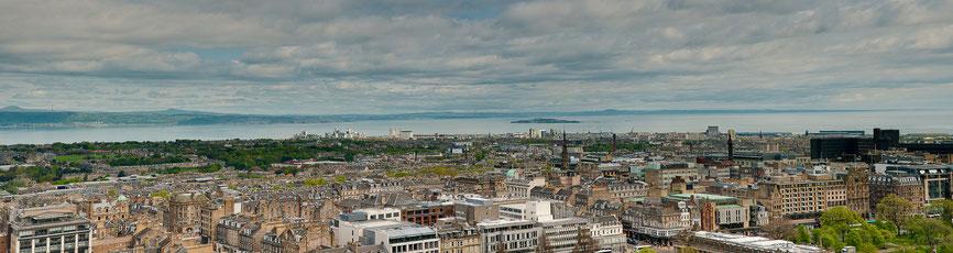 Blick vom Castle über New Town in Richtung Leith (Panorama aus 7 Bildern)