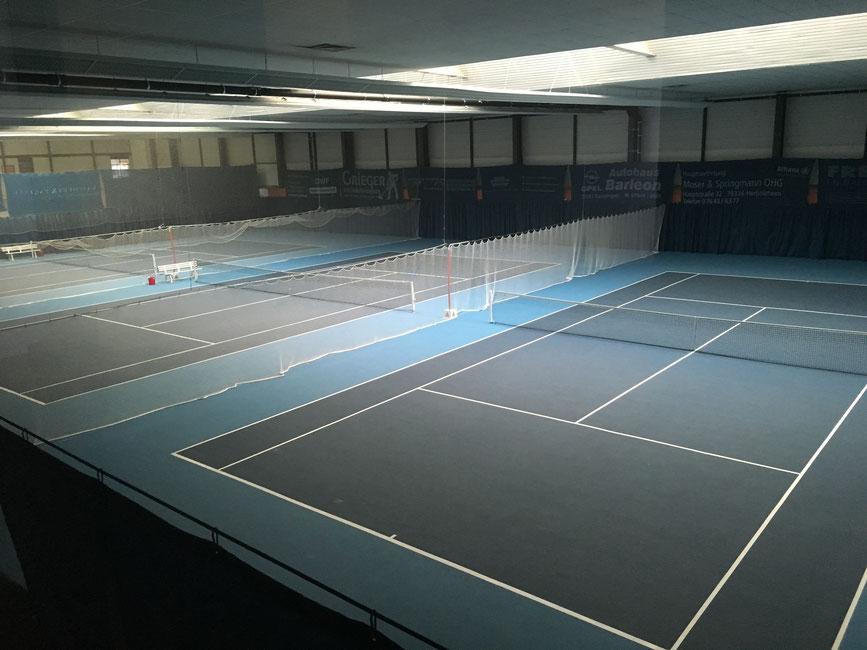 3-Feld Tennishalle mit gelenkschonendem Bodenbelag Greenset mit Laykold Belag