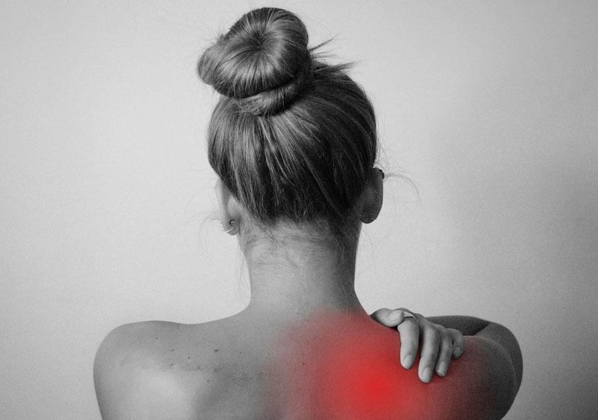 Frau mit Schmerzen in der Schulter wegen CMD craniomandibulärer Dysfunktion und Kieferfehlstellung