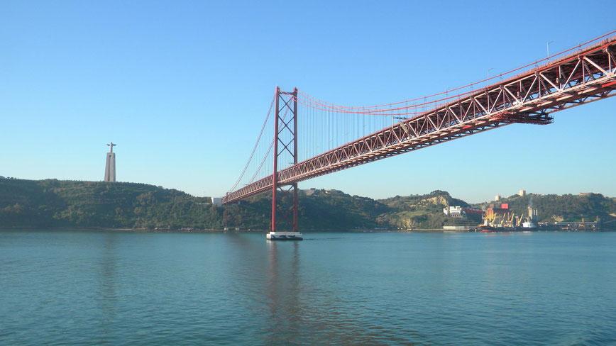 "Cristo Rei Statue und Brücke ""Ponte 25 de Abril"""