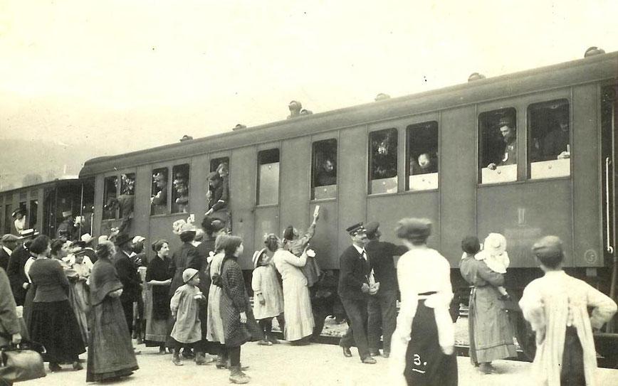 Confinati militari del 1916, belgi e francesi, ripartono per la loro patria, lasciando qualche ragazza in pena