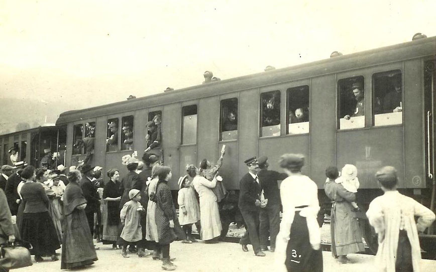 Leaving a few deeply saddened young girls behind, the Belgium and French captives go back home in 1916