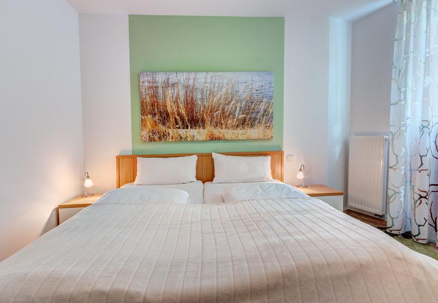 Residenz am Balmer See, Haus B mit Appartement 45, Ferienwohnung GolfundMeer,  Schlafzimmer mit SAT-TV,  Photo © Tomasz Zając 06.2019