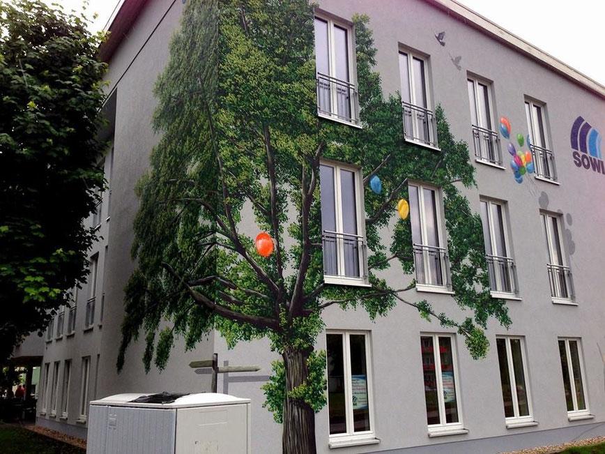 Fassadengestalung durch Graffiti und Wandmalerei Illusion auf der Fassadenwand . Wohnungbau Hausverwaltung Berlin Brandneburg Deutschland . Durch Graffiti Künstler professionell umgesstudentenwerke