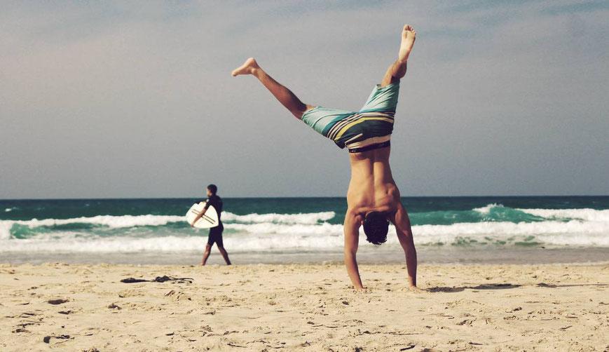 Handstand am Strand Gesundheit in Schortens
