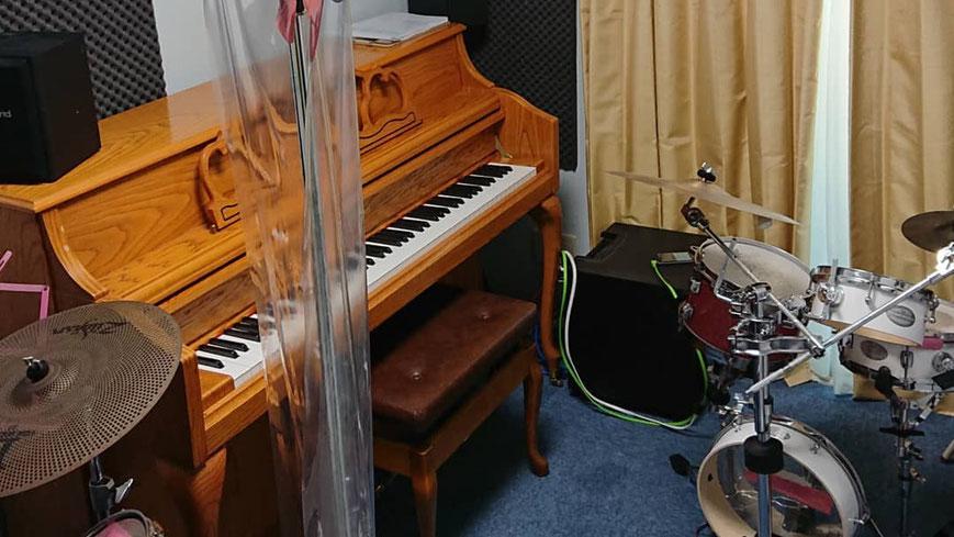 ピアノとドラムが一緒の部屋に