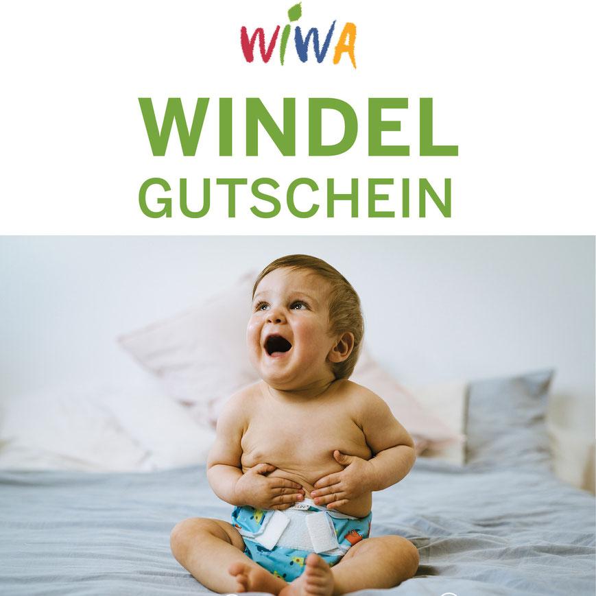 Baby trägt Stoffwindeln Überhose aus PUL von Popolini greift sich an den Bauch und ist glücklich und lacht weil seine Eltern den Windelgutschein von Wiwa einlösen können.