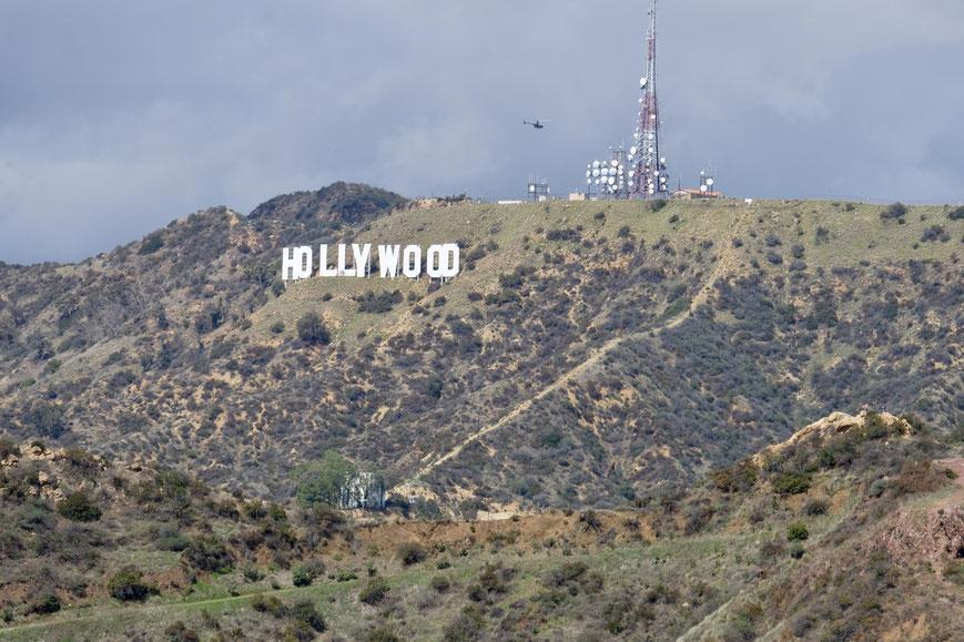 На самом деле знак Голливуда в этого расстояния очень маленький, но чего же не сделаешь с помощью современной техники..