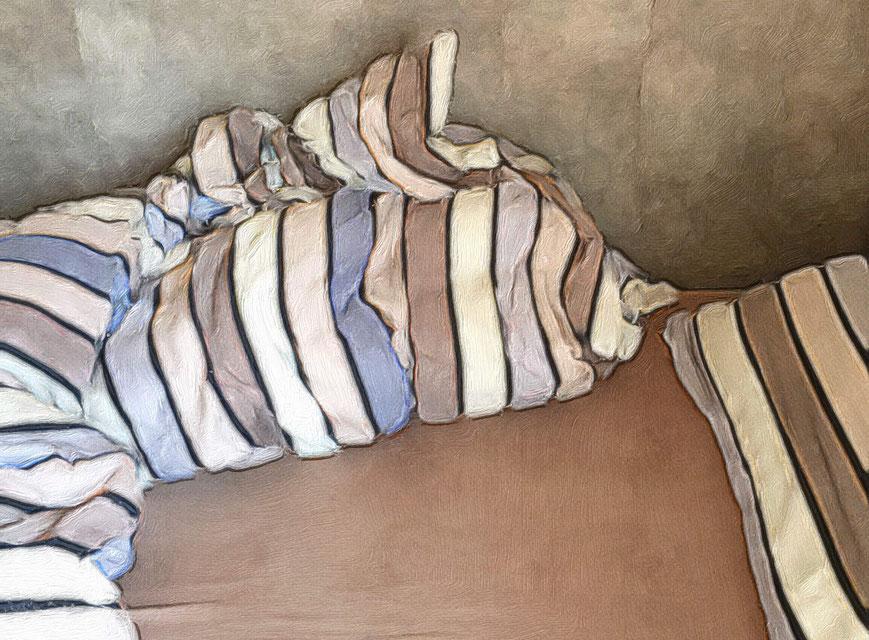 Das Bild zeigt ein ungemachtes, verlassenes Bett