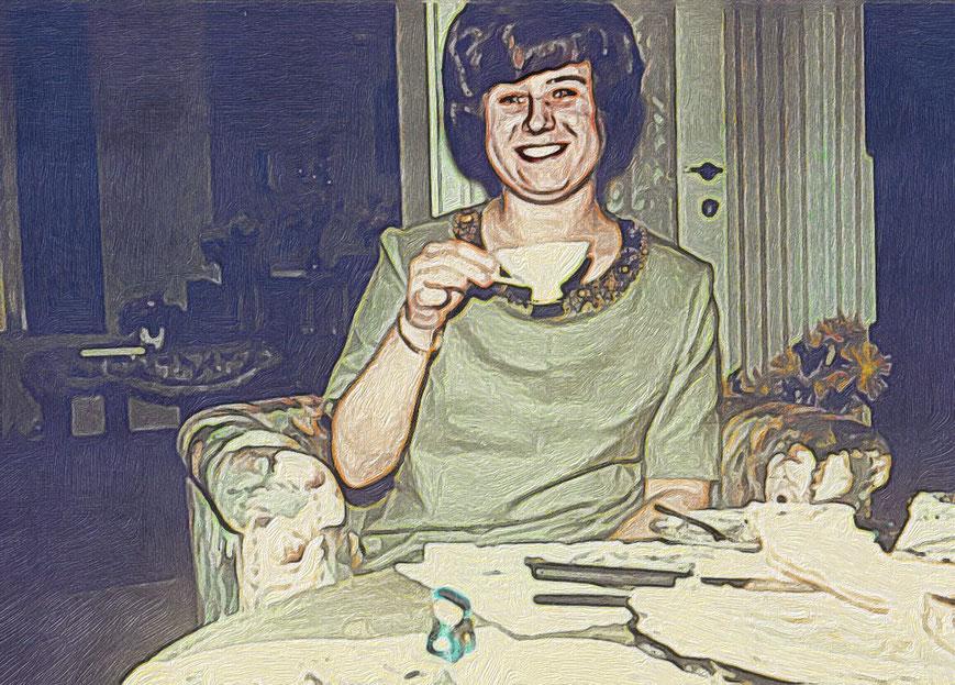 Frau, die eine Tasse Kaffee zum Mund führt.