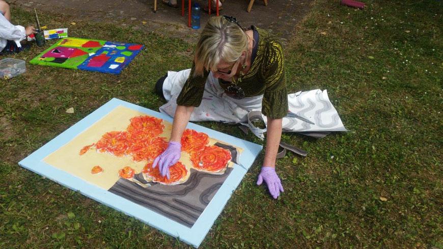 Schöpferische-Kraft-Malen-Collagen-Malen-im-Freien-Ruhe-finden-Kunstkurse-für-Erwachsene-Rheingau-Eltville-Hessen-Marion-Haas-Auszeit-in-der-Natur-Farben-Kunst-Acrylbilder-Materialbilder-Künstlerin-Sommermalkurs-Farbenlehre-