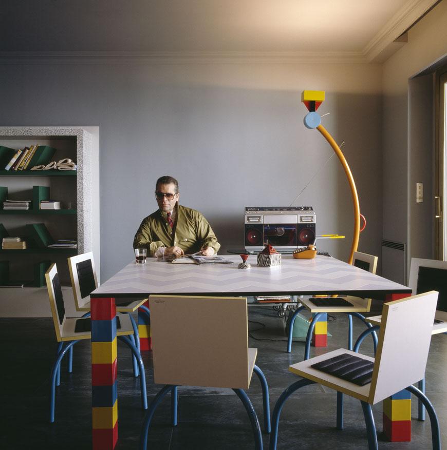 Karl Lagerfeld in seinem Apartment in Monte Carlo mit Memphis-Entwürfen, 1982 © Foto: Jacques Schumacher © VG Bild-Kunst, Bonn 2021 für Entwürfe von Ettore Sottsass. Courtesy: Vitra Design Museum