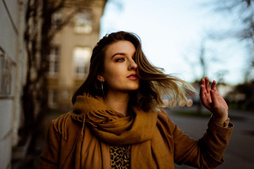Junge Frau mit wehenden Haaren beim Fotoshooting in Oldenburg