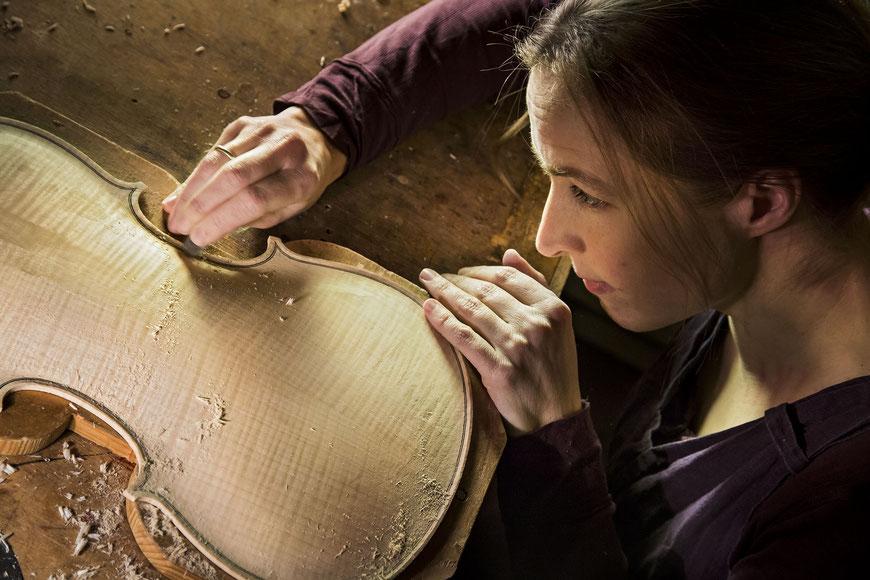 Geigenbau: Der Geigenboden erhält seine entgültige Form