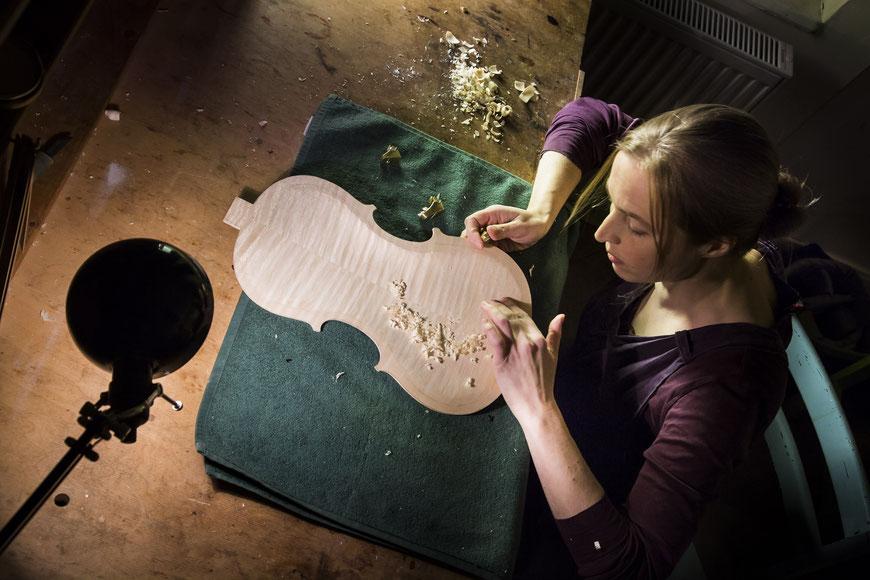 Bratschenbau: Der Bratschenboden erhält seine entgültige Stärke