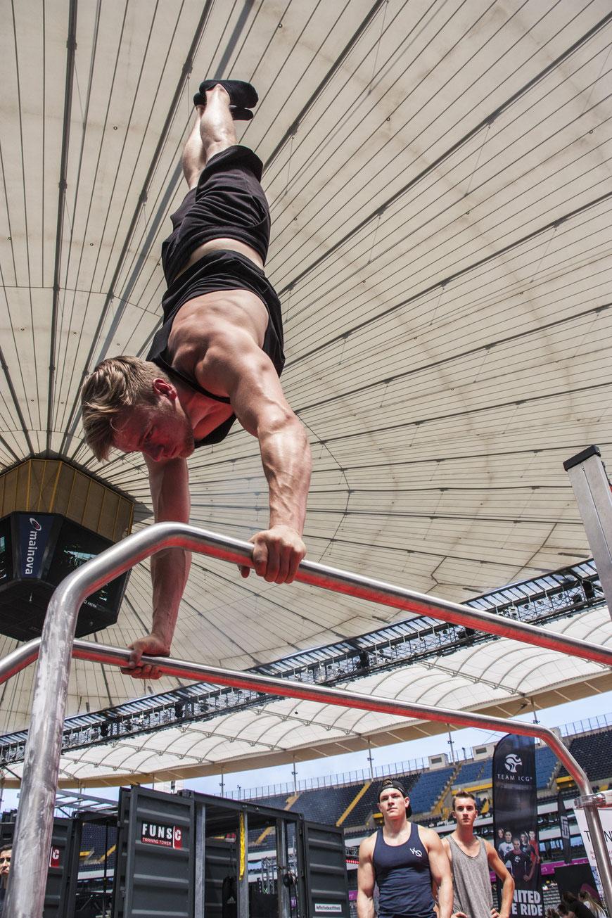 Handstand in der Commerzbank Arena
