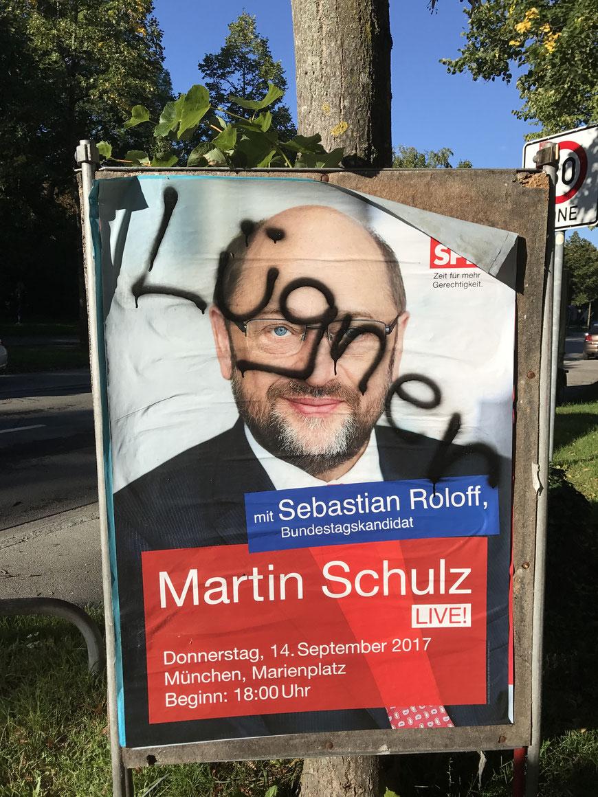 Cartaz do candidato Martin Schulz com a pichação acusando-o de mentiroso.