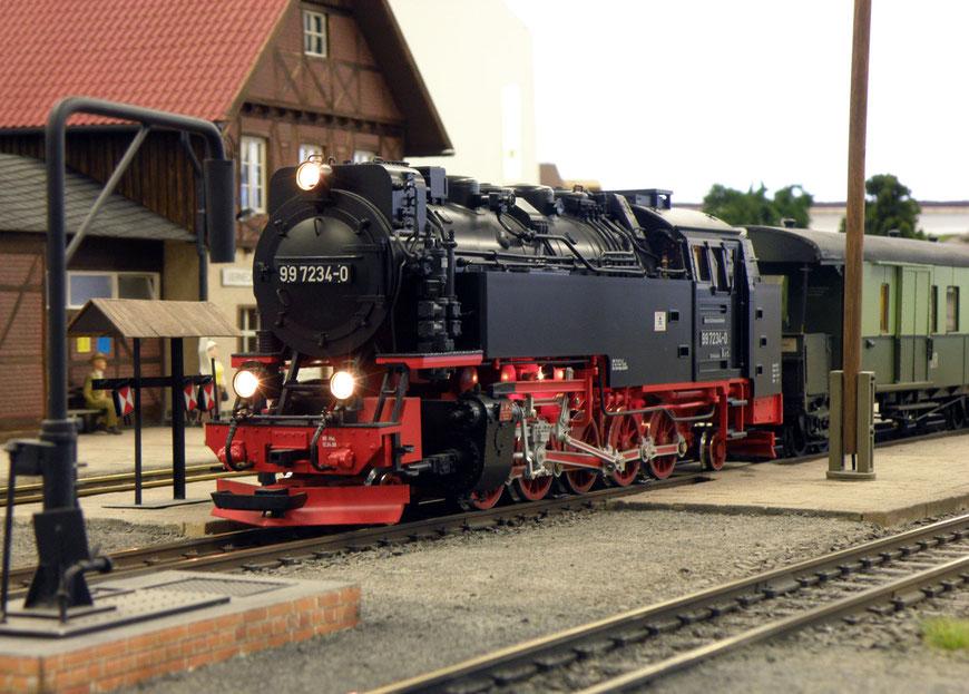 99-7234 mit Jugendzug im Bahnhof Werneckenfelde