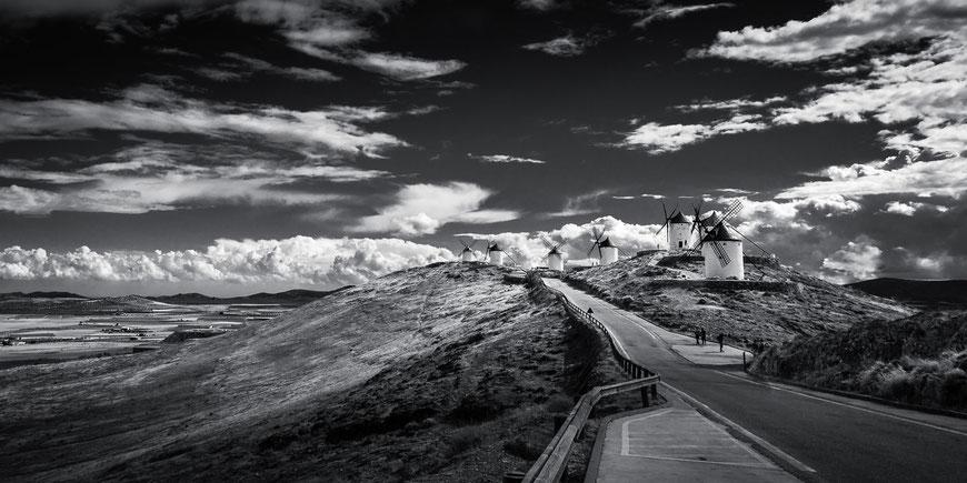 Don Quijotes Windmühlen in Consuegra, La Mancha, Spanien, Schwarz-Weiß Fotografie, Schwarzweißfotografie, schwarz-weiß, schwarzweiss, monochrom