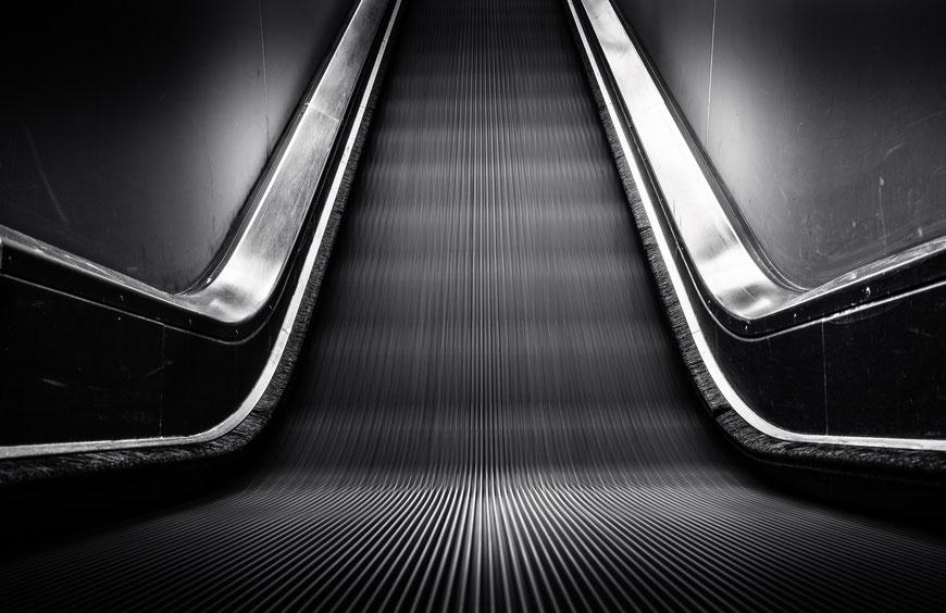 Rolltreppe zum Ruhrmuseum in der ehemaligen Kohlenwäsche der Zeche Zollverein in Essen, Schwarz-Weiß Fotografie, Schwarzweißfotografie, schwarz-weiß, schwarzweiss, monochrom