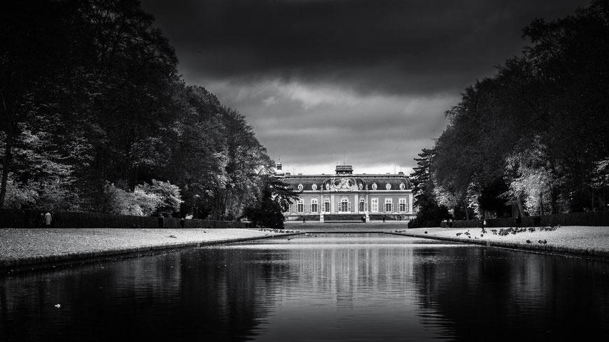 Schloss Benrath in Düsseldorf, Deutschland, Schwarz-Weiß Fotografie, Schwarzweißfotografie, schwarz-weiß, schwarzweiss, monochrom