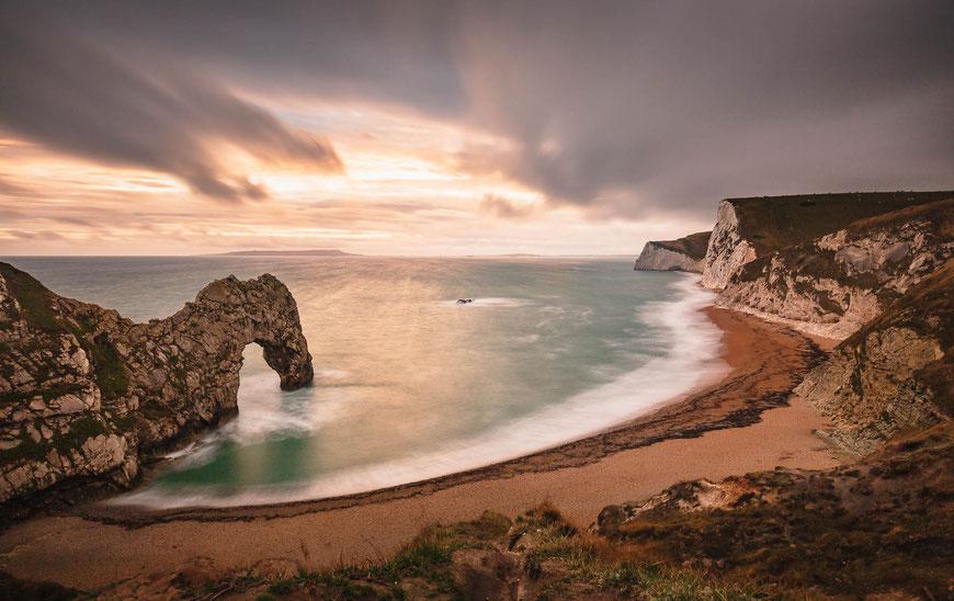 Durdle Door an der Jurassic Coast in Dorset, England bei Sonnenuntergang, Landschaftsfotografie, Landschaft