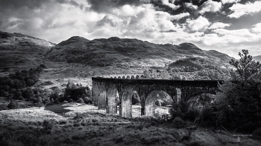 Glenfinnan Viadukt an der Eisenbahnstrecke von Fort Williams nach Mallaig in den Highlands von Schottland, Schwarz-Weiß Fotografie, Schwarzweißfotografie, schwarz-weiß, schwarzweiss, monochrom