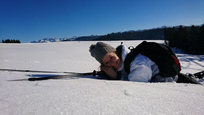 Schneeschuhwanderung auf dem Raten, Zentralschweiz. In den Schnee fallen lassen und entspannen.