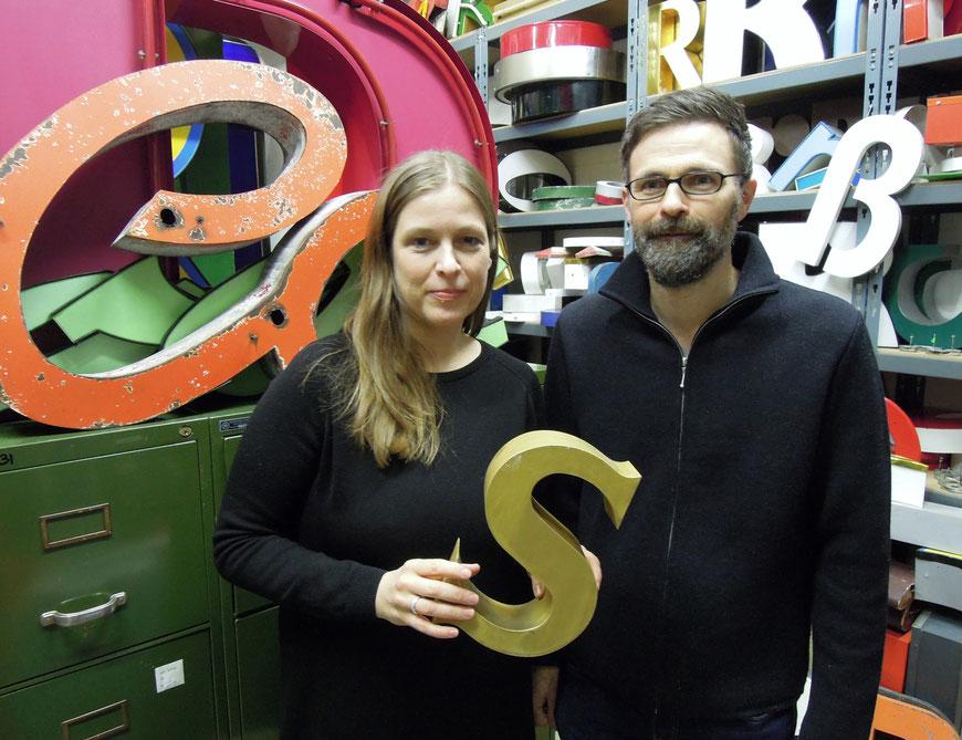 – Sabine und Yves Freundt mit einem goldfarbenen S – ihrem ersten in Kopenhagen gekauften Buchstaben. Foto: Chr. Schumann, 2018