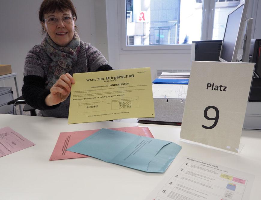 Wahlhelferin Gabriele Pannek überreicht die Wahlunterlagen. Foto: C. Schumann, 2020