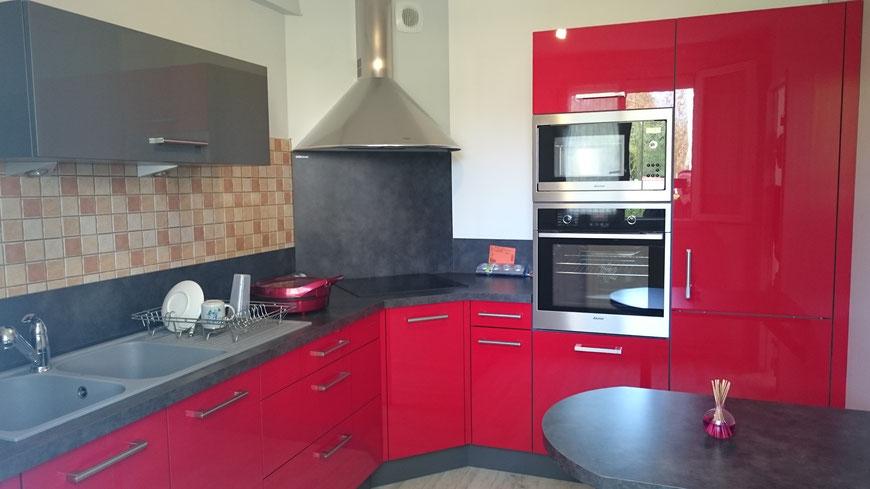 Cuisine Equipee Rouge Feu Brillant A Val De Reuil 27100