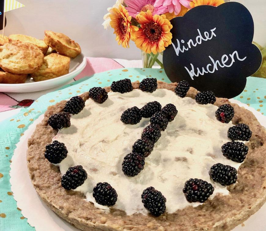 Kuchen zum ersten Geburtstag mit Frischkäsetopping und Beeren