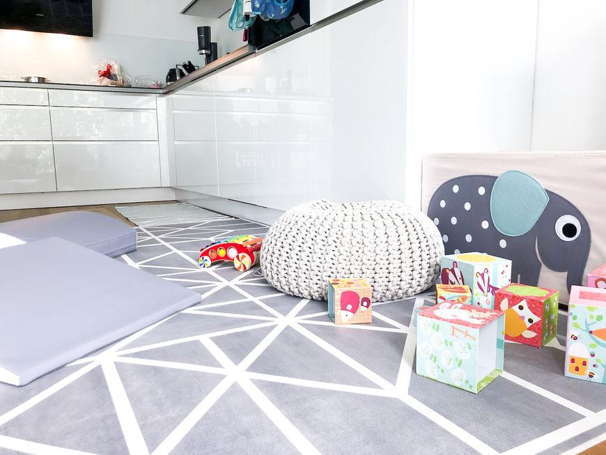 Toddlekind Krabbelmatte mit Spielzeugkiste und Spielzeug für Kleinkind im Wohnbereich
