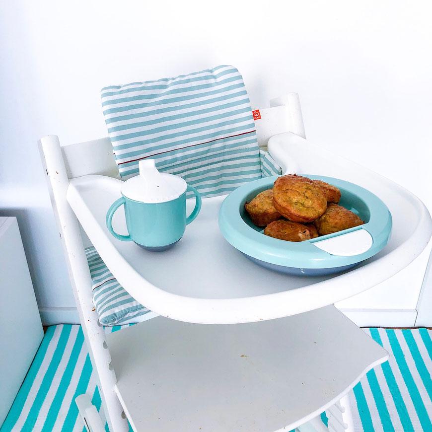 Zucchini-Muffins für Babys in einem Warmhalteteller auf dem Stokke Hochstuhl