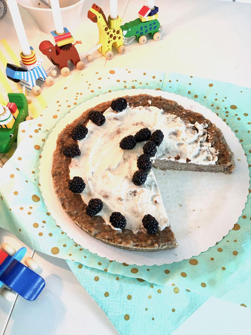 Kuchen zum ersten Geburtstag mit einer Eins verziert aus Brombeeren